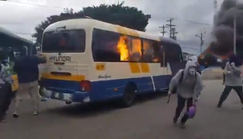 Queman 3 buses frente la UNAH por aumento al precio del pasaje